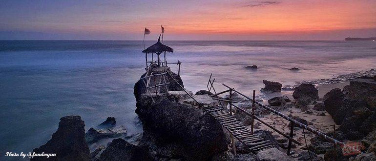 Keunikan Wisata Alam Pantai Watu Lawang