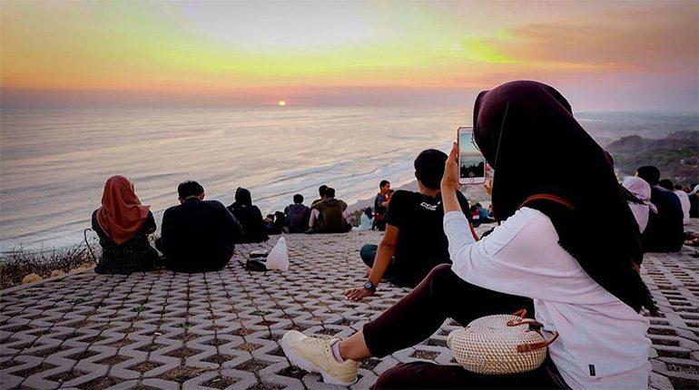 Melihat Keindahan Sunset dari Atas Pantai Parangtritis di Bukit Paralayang