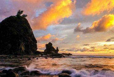 Pantai Watu Lumbung, Pantai yang Menyuguhkan Pemandangan Batu Karang Besar