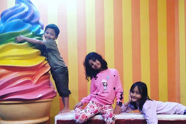 Ice Cream World Jogja Cafe Spot Selfie Bertema Ice Cream Jumbo Niagatour