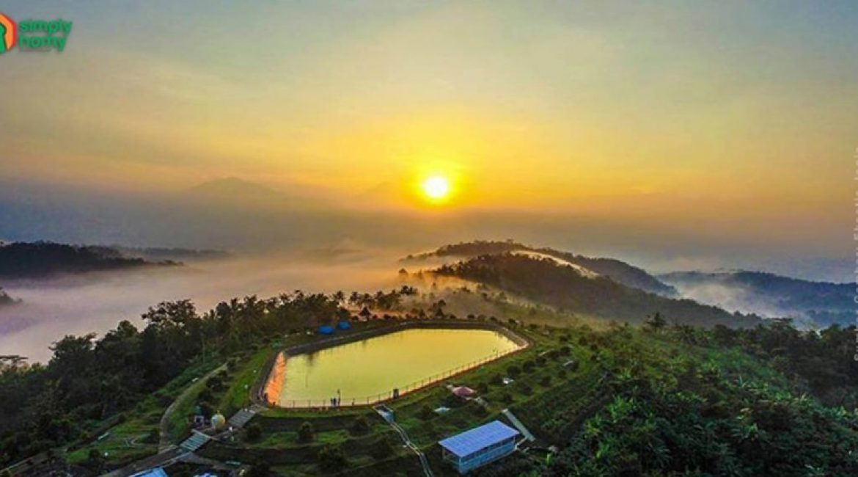 Embung Banjaroya, Sensasi Menanti Sunset Sambil Menikmati Durian